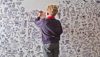 9 Летний ребенок, которого наказали из-за того, что рисовал в классе, получает работу, украшая ресторан своими руками